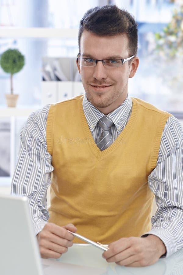 Retrato do homem de negócios feliz nos vidros fotos de stock royalty free