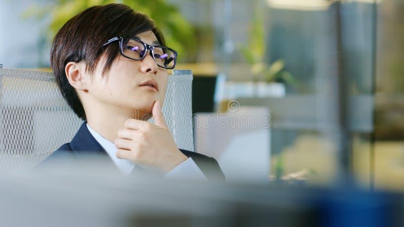 Retrato do homem de negócios japonês Wearing Suit e dos vidros, S fotografia de stock royalty free