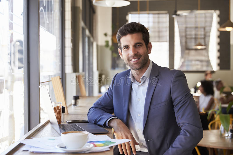 Retrato do homem de negócios With Laptop Working na cafetaria fotos de stock royalty free