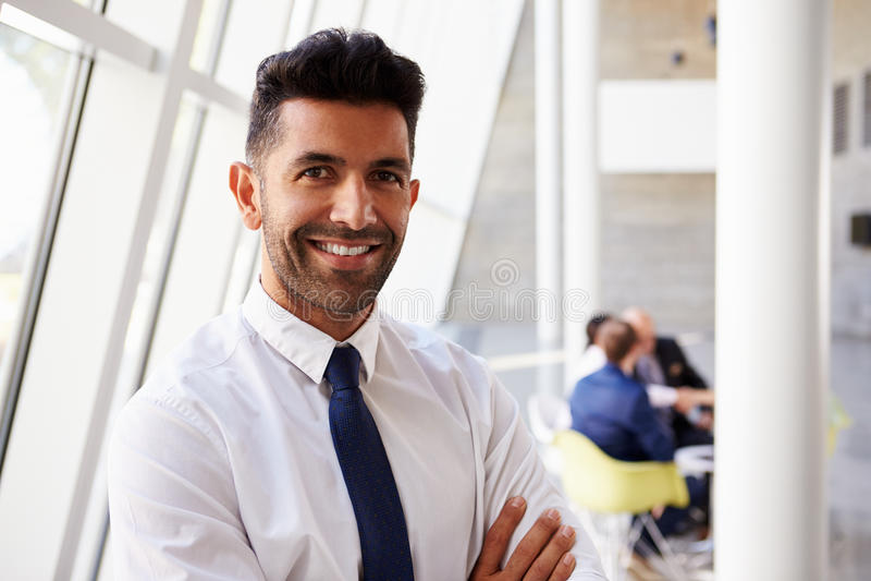 Retrato do homem de negócios latino-americano In Modern Office foto de stock royalty free