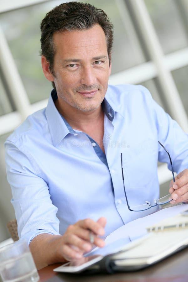 Retrato do homem de negócios moderno que usa a tabuleta imagens de stock