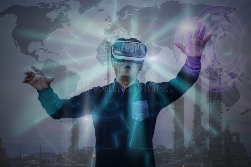Retrato do homem de negócios no funcionamento de vidros da realidade virtual no oi imagens de stock royalty free