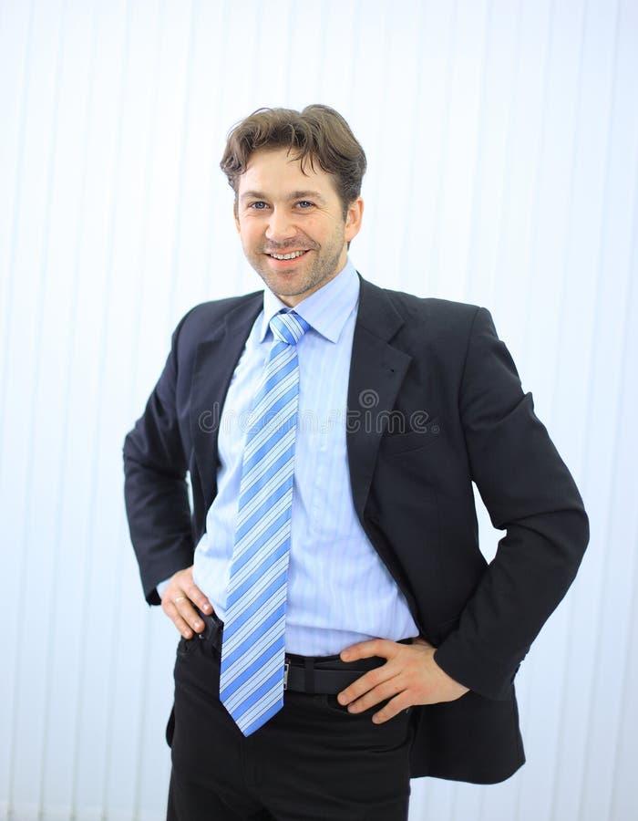 Retrato do homem de negócios novo feliz fotografia de stock royalty free