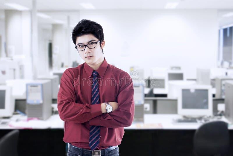Retrato do homem de negócios novo no escritório foto de stock royalty free