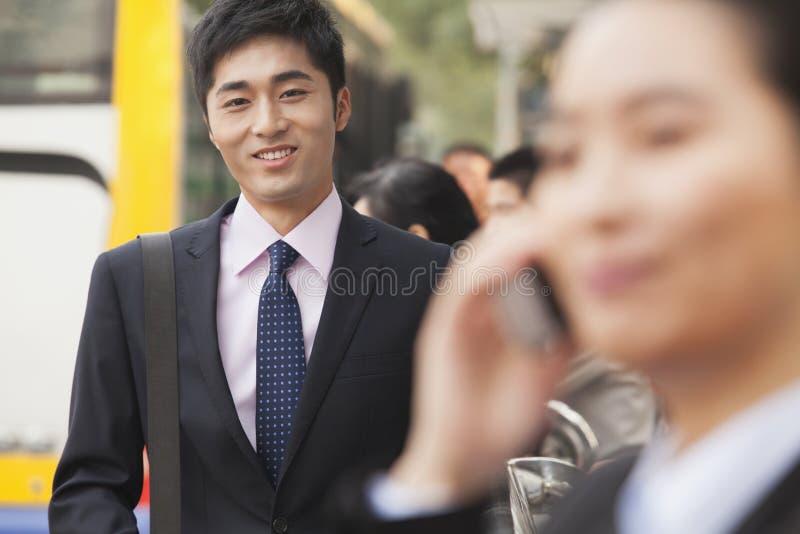 Retrato do homem de negócios novo, seguro que usa seu telemóvel fora na rua, Pequim, China imagem de stock royalty free