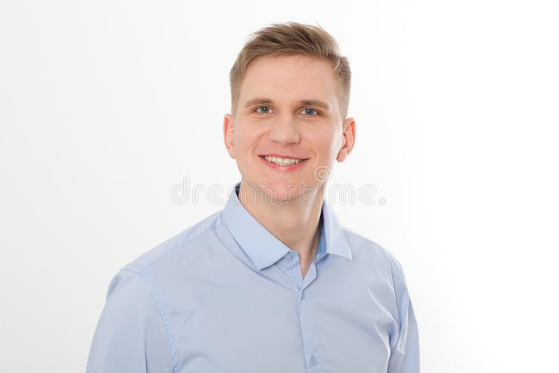 Retrato do homem de negócios novo de sorriso feliz no molde azul e na camisa vazia isolados no fundo branco Conceito do negócio imagens de stock royalty free