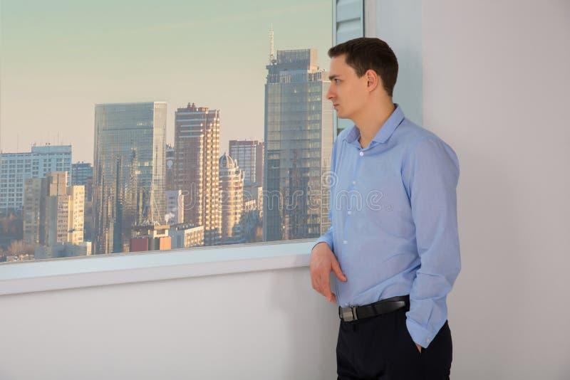 Retrato do homem de negócios Olhar do homem para fora a janela fotografia de stock royalty free