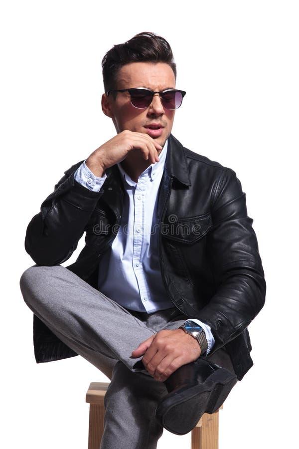 Retrato do homem de negócios pensativo com os bordos partidos que olham para tomar partido imagem de stock