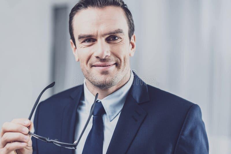 Retrato do homem de negócios positivo satisfeito imagens de stock royalty free