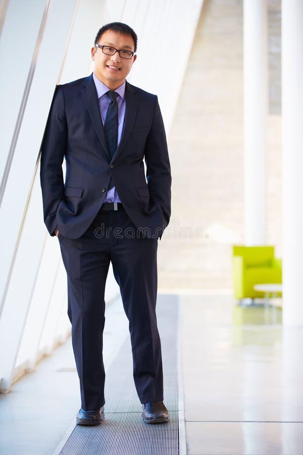 Retrato do homem de negócios que está a recepção moderna do escritório fotografia de stock royalty free
