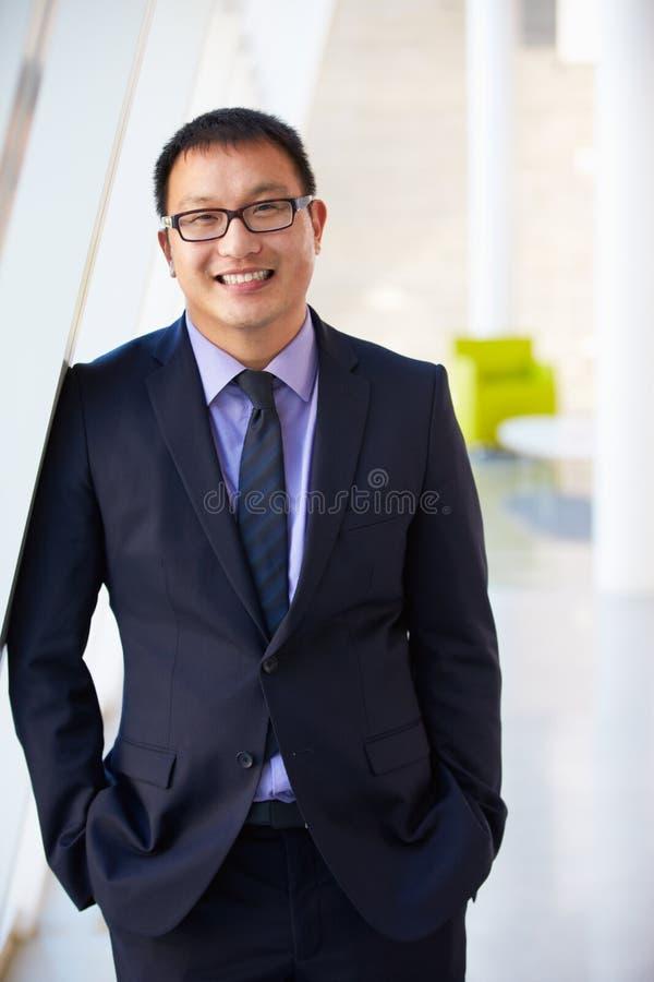Retrato do homem de negócios que está a recepção moderna do escritório imagens de stock royalty free