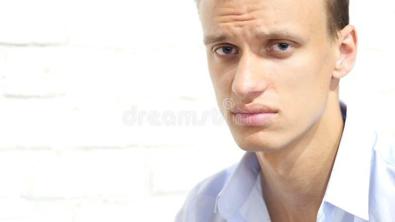 Retrato do homem de negócios sério infeliz, triste, forçado, comprimido fotografia de stock royalty free