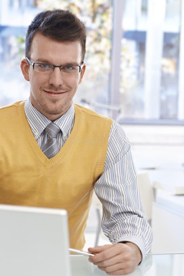 Retrato do homem de negócios seguro com vidros foto de stock royalty free