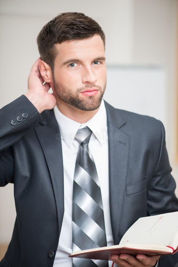 Retrato do homem de negócios seguro considerável dentro fotos de stock