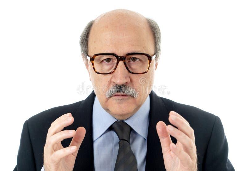 Retrato do homem de negócios superior cansado e bêbado esgotado fotos de stock