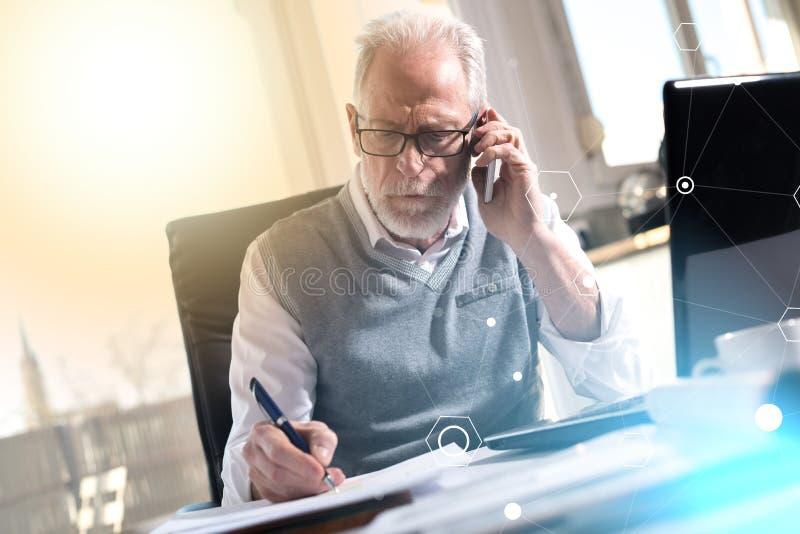 Retrato do homem de negócios superior que fala no telefone celular, efeito da luz, coberto com a rede fotografia de stock