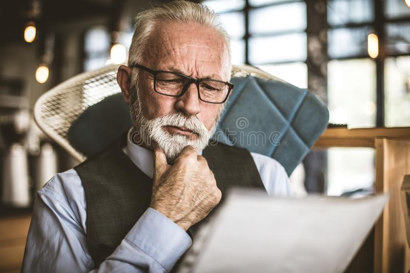 Retrato do homem de negócios superior que olha originais Fim acima foto de stock royalty free