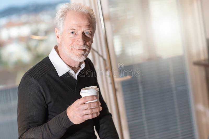Retrato do homem de negócios superior que tem a ruptura de café fotos de stock royalty free