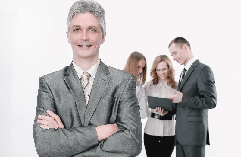 Retrato do homem de neg?cios bem sucedido no fundo dos empregados fotos de stock