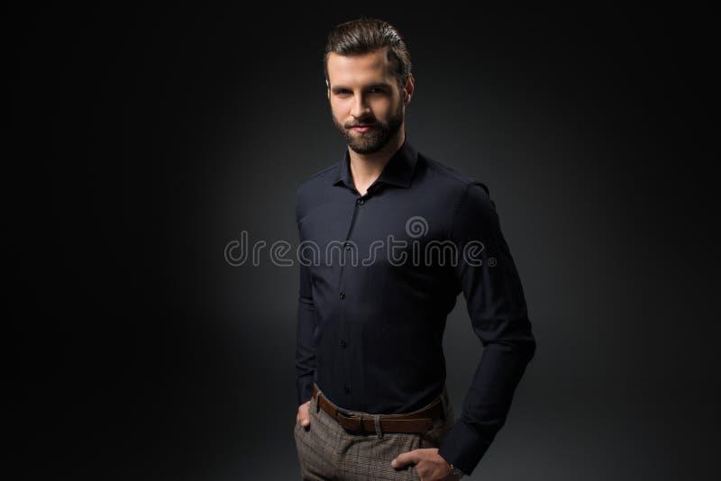 Retrato do homem de sorriso com mãos em uns bolsos fotografia de stock royalty free