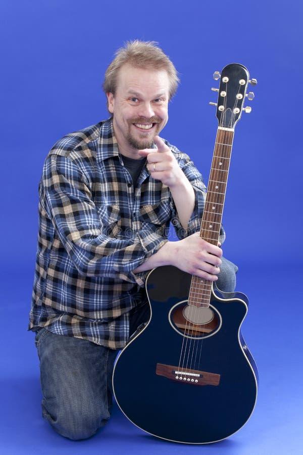Retrato do homem de sorriso de A com guitarra imagens de stock