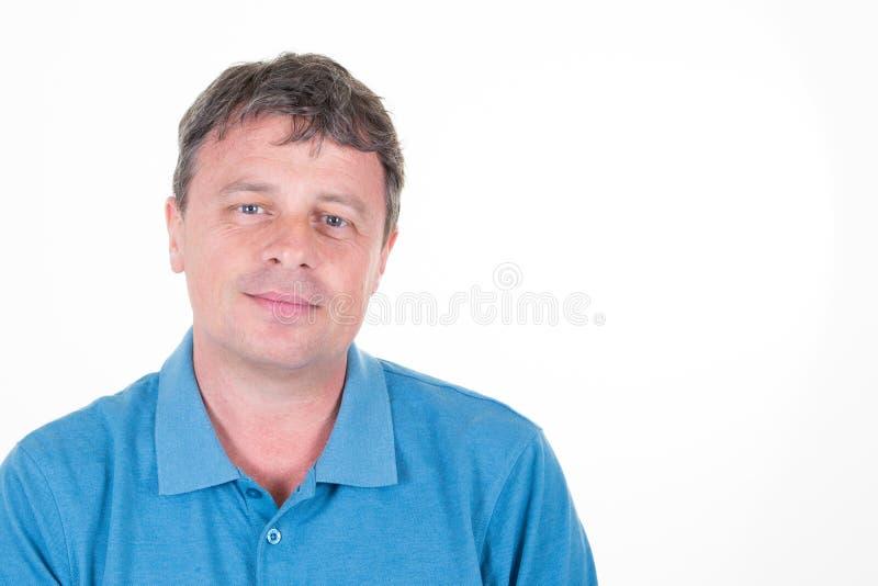 Retrato do homem de sorriso devista considerável que levanta para a propaganda social isolada no fundo branco com espaço da cópia imagens de stock