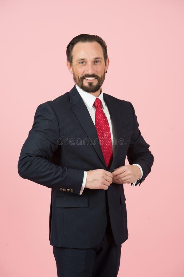 Retrato do homem denominado isolado no estúdio O homem no terno e o vermelho amarrados prendem o revestimento o homem de negócios fotografia de stock royalty free