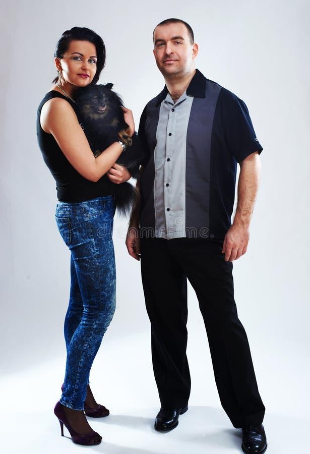 Retrato do homem e da mulher com um cão preto pequeno imagem de stock royalty free