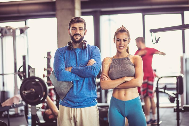 Retrato do homem e da mulher de sorriso no gym fotos de stock