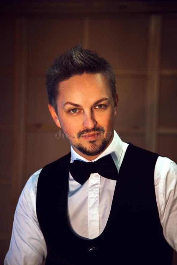 Retrato do homem elegante na camisa e no laço brancos fotos de stock royalty free