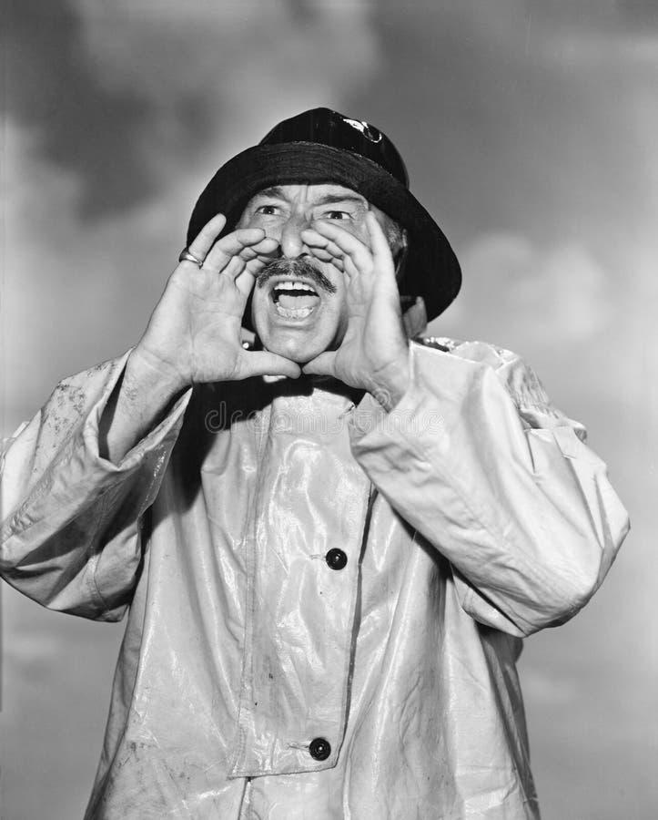 Retrato do homem em gritar da capa de chuva (todas as pessoas descritas não são umas vivas mais longo e nenhuma propriedade exist fotografia de stock
