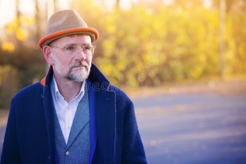 Retrato do homem em seu 50s no ar livre azul do terno e do revestimento fotos de stock