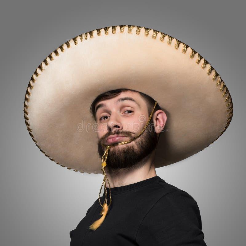 Retrato do homem engraçado no sombreiro mexicano fotografia de stock