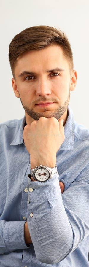 Retrato do homem esperto que olha a câmera com foto de stock