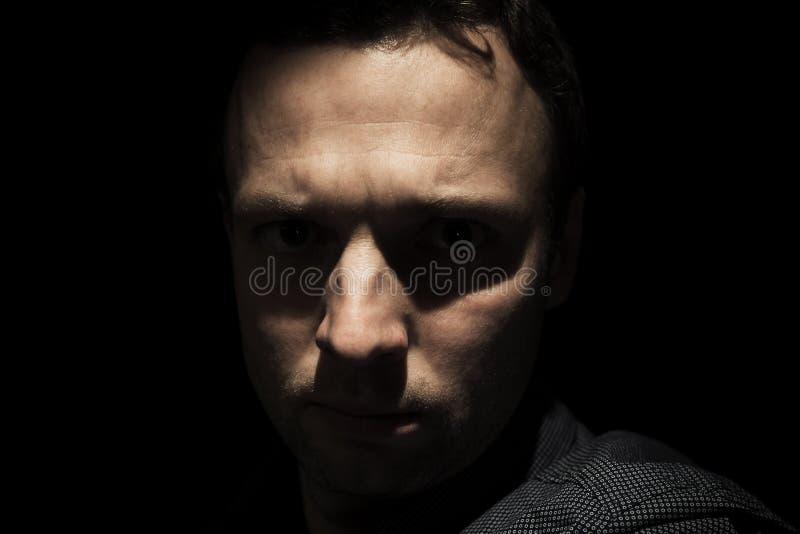 Retrato do homem europeu novo sobre o preto fotos de stock