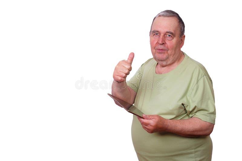 Retrato do homem excesso de peso idoso com tabuleta à disposição e polegar acima fotos de stock royalty free