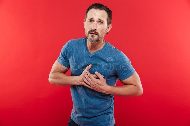Retrato do homem farpado adulto 30s que tem o toque de seu havi da caixa imagem de stock royalty free