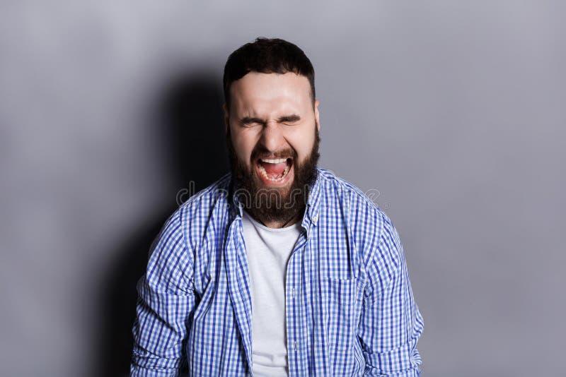Retrato do homem farpado de grito irritado imagens de stock