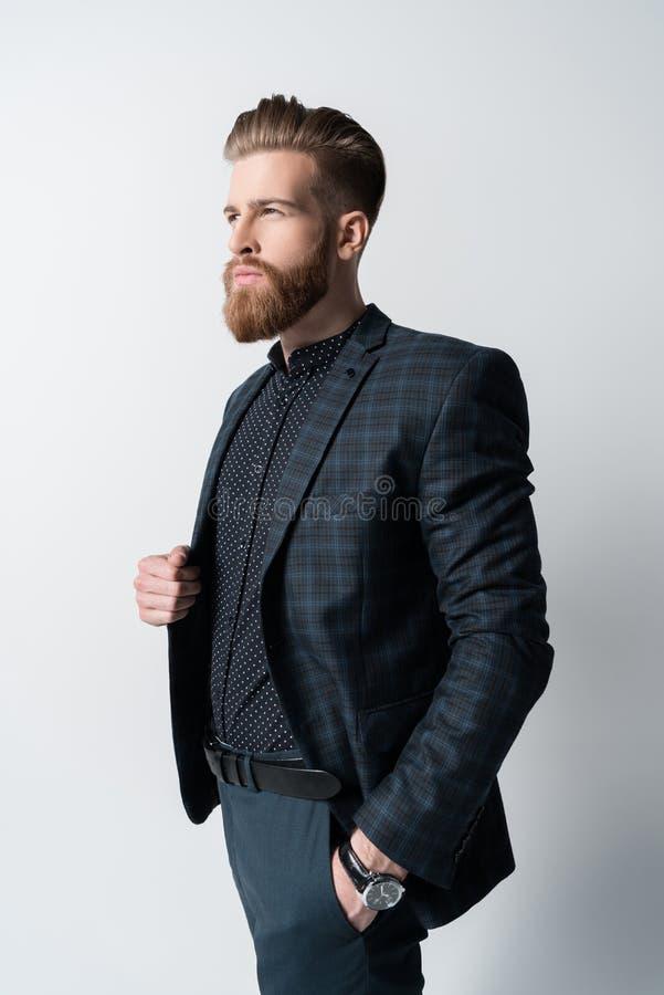 Retrato do homem farpado elegante pensativo no terno fotografia de stock
