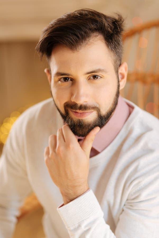 Retrato do homem farpado preto-de cabelo considerável imagem de stock