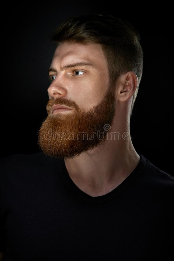 Retrato do homem farpado que olha seguramente para a frente fotografia de stock royalty free