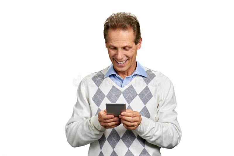 Retrato do homem feliz com smartphone fotos de stock