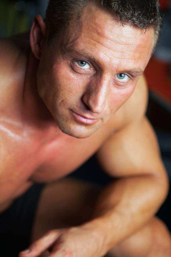 Retrato do homem forte - tiro do estúdio fotografia de stock royalty free
