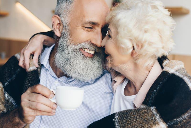 retrato do homem idoso com a xícara de café à disposição que olha fotos de stock royalty free
