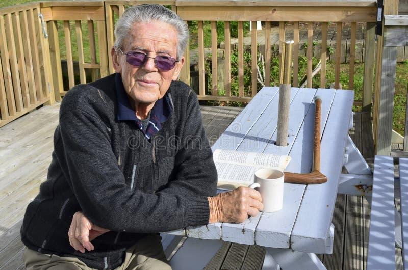 Retrato do homem idoso feliz fotografia de stock