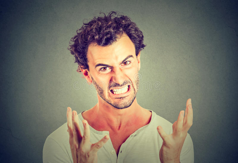 Retrato do homem irritado novo imagem de stock