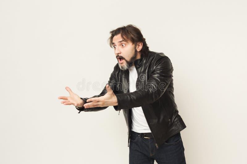 Retrato do homem irritado que grita e que gesticula fotos de stock