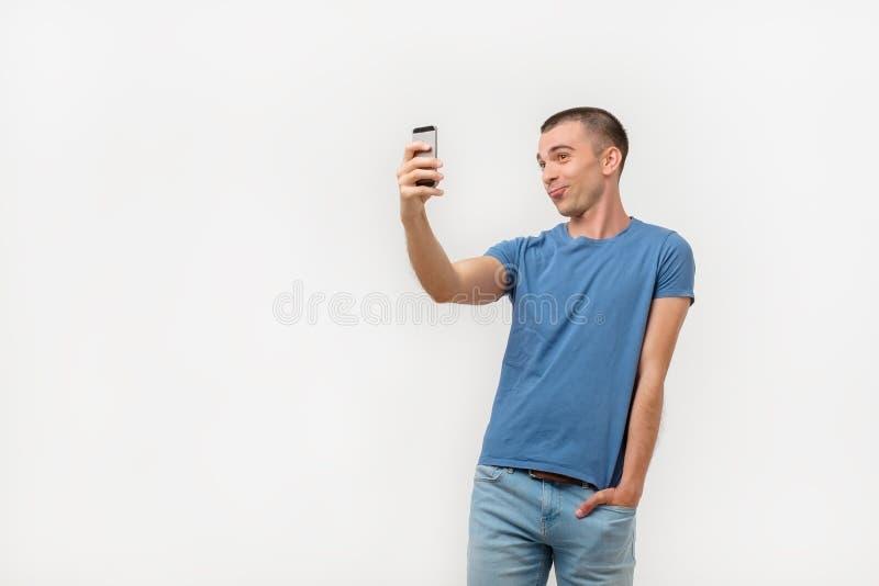 Retrato do homem latino-americano narcisístico na moda que guarda a mão no bolso das calças que disparam na imagem do auto imagens de stock