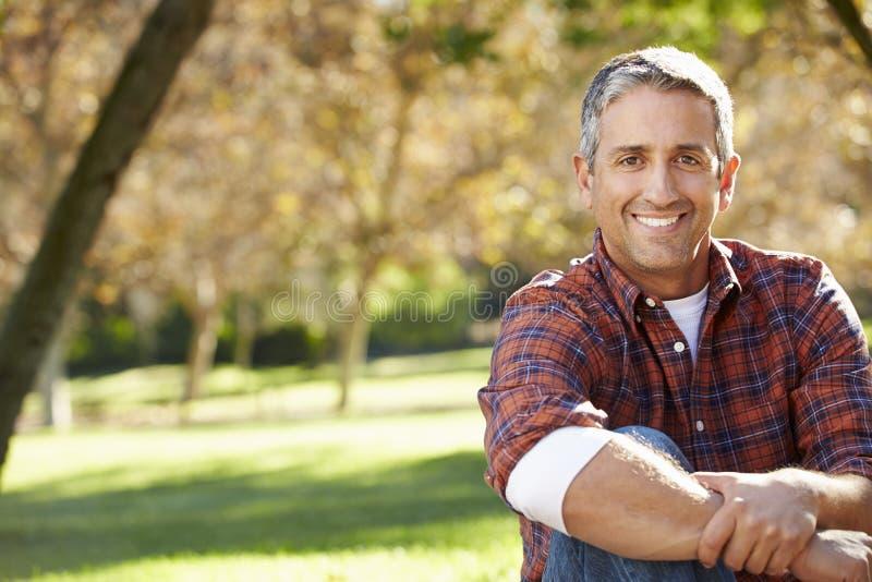 Retrato do homem latino-americano no campo foto de stock royalty free
