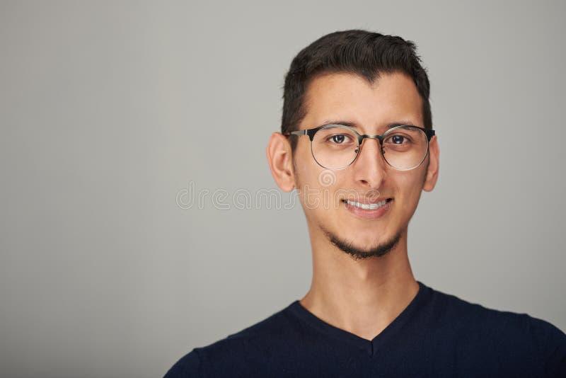 Retrato do homem latino-americano nos vidros fotos de stock royalty free